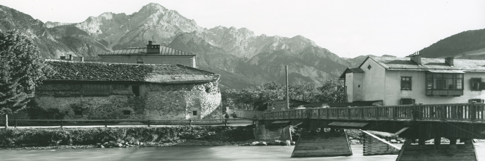 Isel bridge with Hölzturm (left) and Kirchberger house (right), Lienz, about 1930